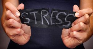 mains montrant un papier écrit stress