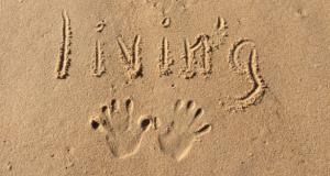 empreinte et livin'g sur le sable de plage