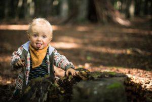 enfant faisant l'expérience des sens en forêt